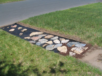 Filling in the flagstone pathe with mulch